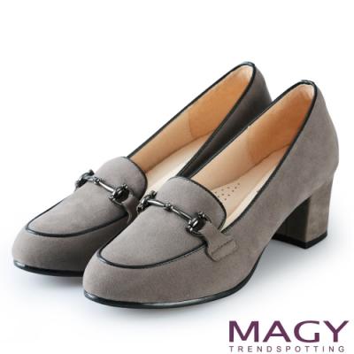 MAGY 氣質首選 金屬飾釦絨布中跟鞋-灰色