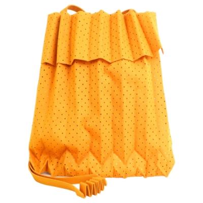 ISSEY MIYAKE 三宅一生 ME系列 沖孔紋伸縮摺疊樹幹翻蓋斜背包(柳橙)