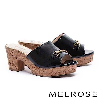 拖鞋 MELROSE 經典馬銜釦羊皺漆皮木紋水台粗高跟拖鞋-黑