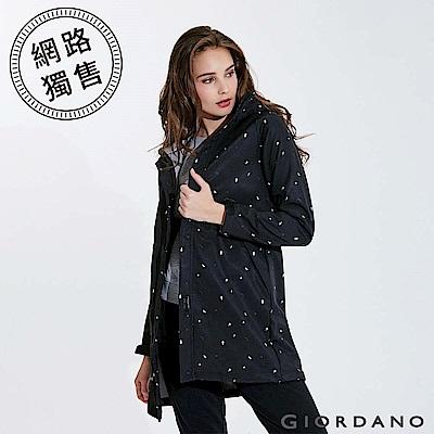 GIORDANO 女裝搖粒絨可拆帽長版防風外套-35 標誌黑/皎雪/標誌灰印花