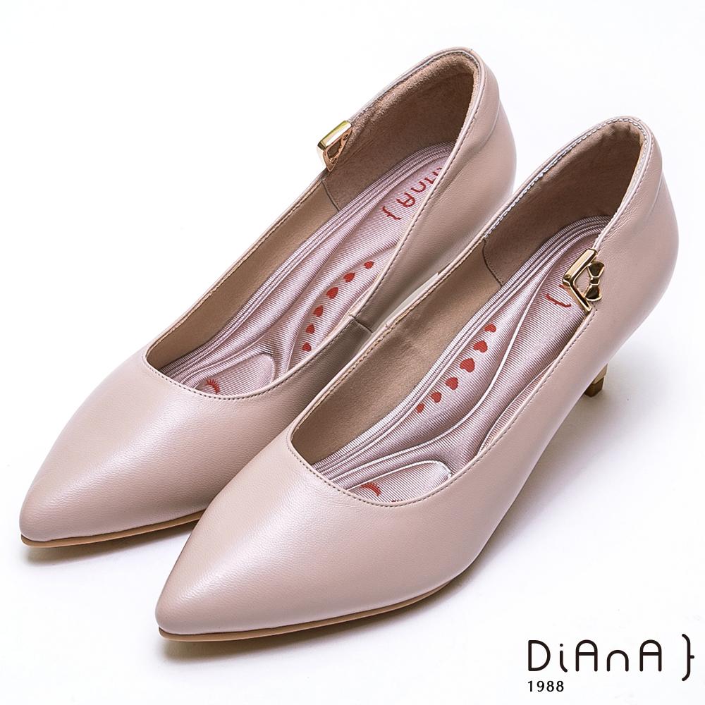 DIANA金釦蝴蝶結細緻羊皮尖頭跟鞋-漫步雲端厚切輕盈美人-米