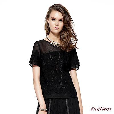 KeyWear奇威名品     透視花朵蕾絲五分袖上衣-黑色