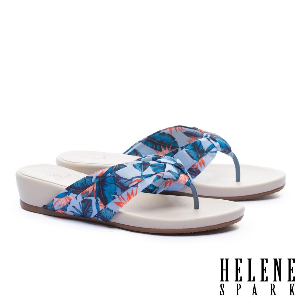 拖鞋 HELENE SPARK 熱情艷夏花布楔型低跟夾腳拖鞋-藍