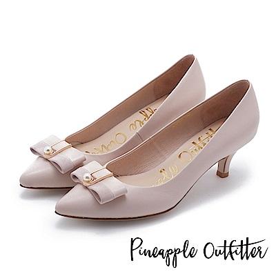 Pineapple Outfitter 氣質女伶 珍珠蝴蝶結釦飾尖頭中跟鞋-粉色