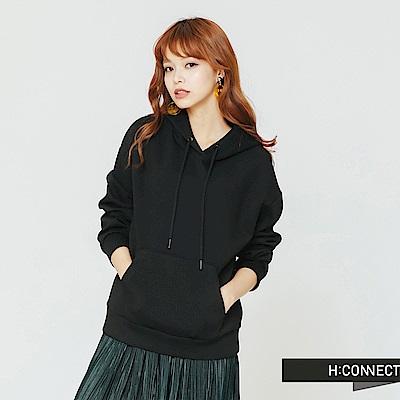 H:CONNECT 韓國品牌 女裝-後印字抽繩口袋帽T-黑