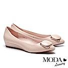低跟鞋 MODA Luxury 細緻立體壓紋飾釦羊皮楔型低跟鞋-粉