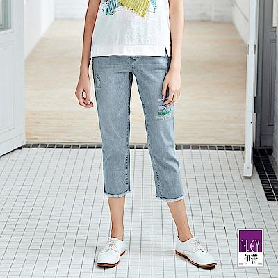 ILEY伊蕾 標語刺繡刷白九分牛仔褲(藍)