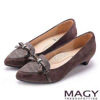 MAGY OL時髦氣場 雙布料拼接尖頭低跟鞋-可可