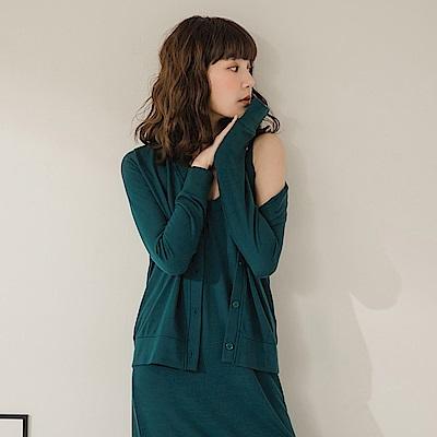 純色仿毛衣柔軟排釦細針織外套-OB大尺碼