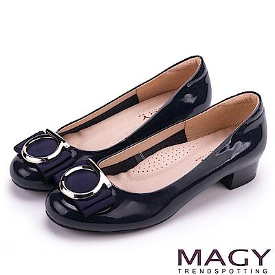 MAGY OL通勤專屬 造型圓釦+織帶蝴蝶結低跟鞋-藍色