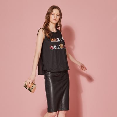 ICHE 衣哲 3D亮片鑲飾字母印花背心造型上衣-曜石黑