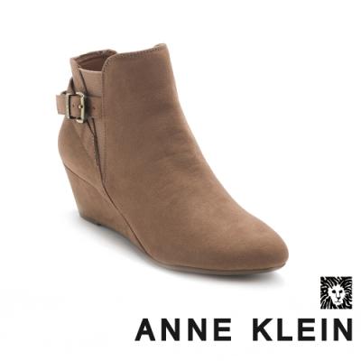 ANNE KLEIN-ADMINA2 深邃麂皮楔型短踝靴-絨咖色