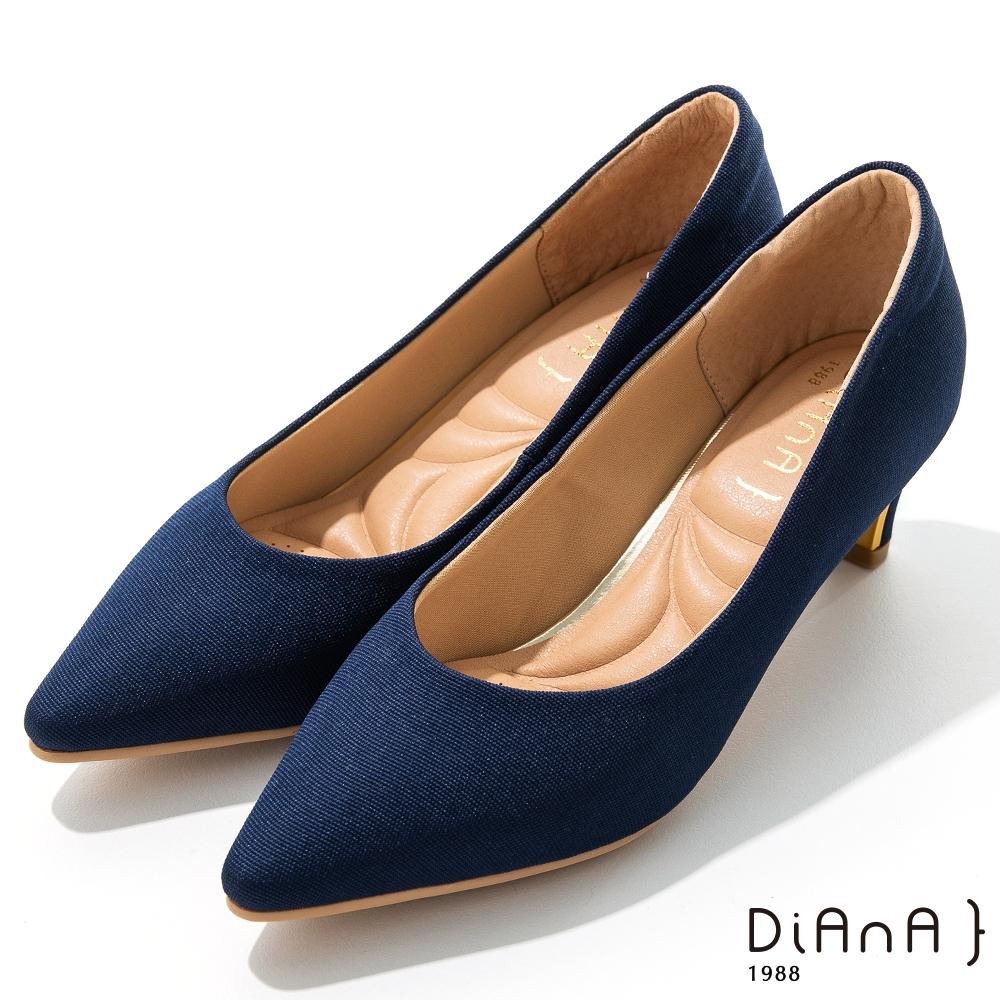 DIANA 5公分羅馬紋布金屬飾尖頭流線粗跟鞋-細緻韻味 –海洋藍