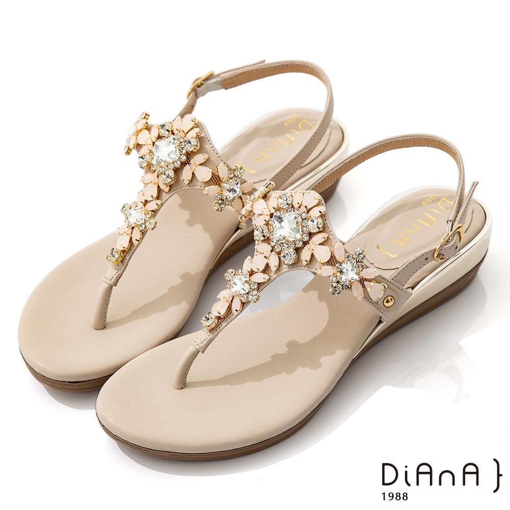 DIANA 3.7cm 質感羊紋超纖X水鑽花朵寶石楔型T字夾腳涼鞋-異國風情-裸粉