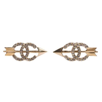 CHANEL 經典雙C LOGO水鑽鑲飾茅箭造型穿式耳環(金)