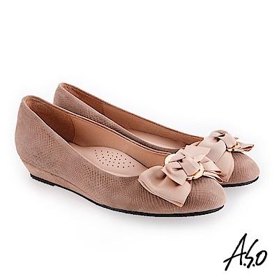 A.S.O 義式簡約 精緻蝴蝶裝飾壓紋低跟鞋 卡其