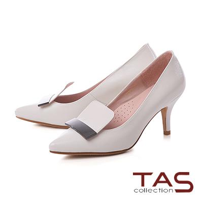 TAS金屬一字造型壓紋羊皮尖頭高跟鞋-淡雅米