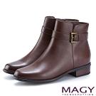 MAGY 紐約時尚步調 皮帶釦環牛皮粗跟短靴-咖啡