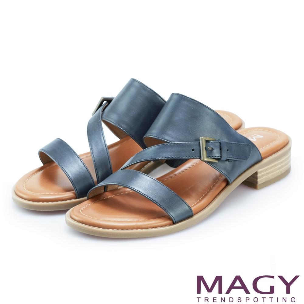 MAGY 樂活渡假 斜邊造型牛皮低跟拖鞋-藍色