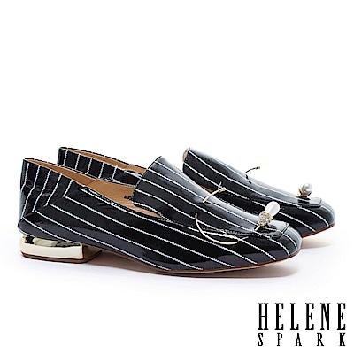 低跟鞋 HELENE SPARK 復古條紋鑲鑽水滴珍珠造型軟皺漆皮後踩樂福低跟鞋-黑