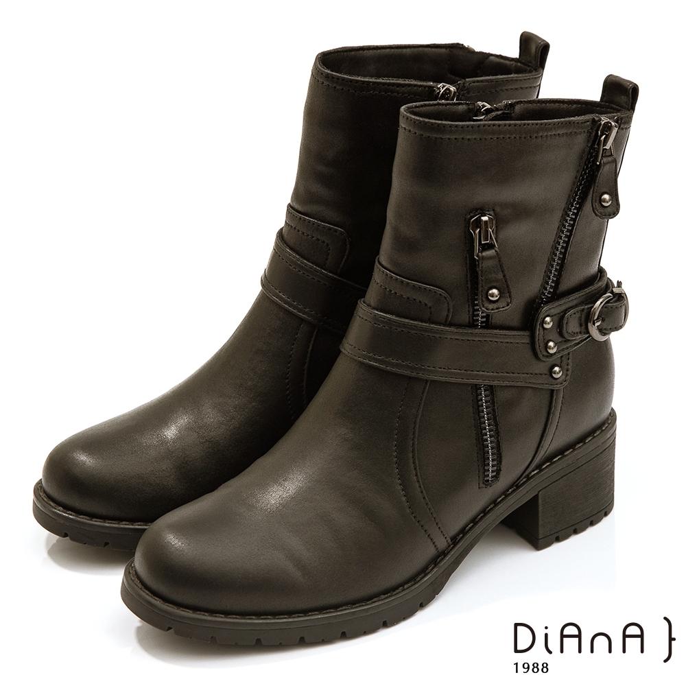 DIANA 4.5cm復古仿舊擦色環踝鉚釘拉鍊牛仔短靴 -唯黑