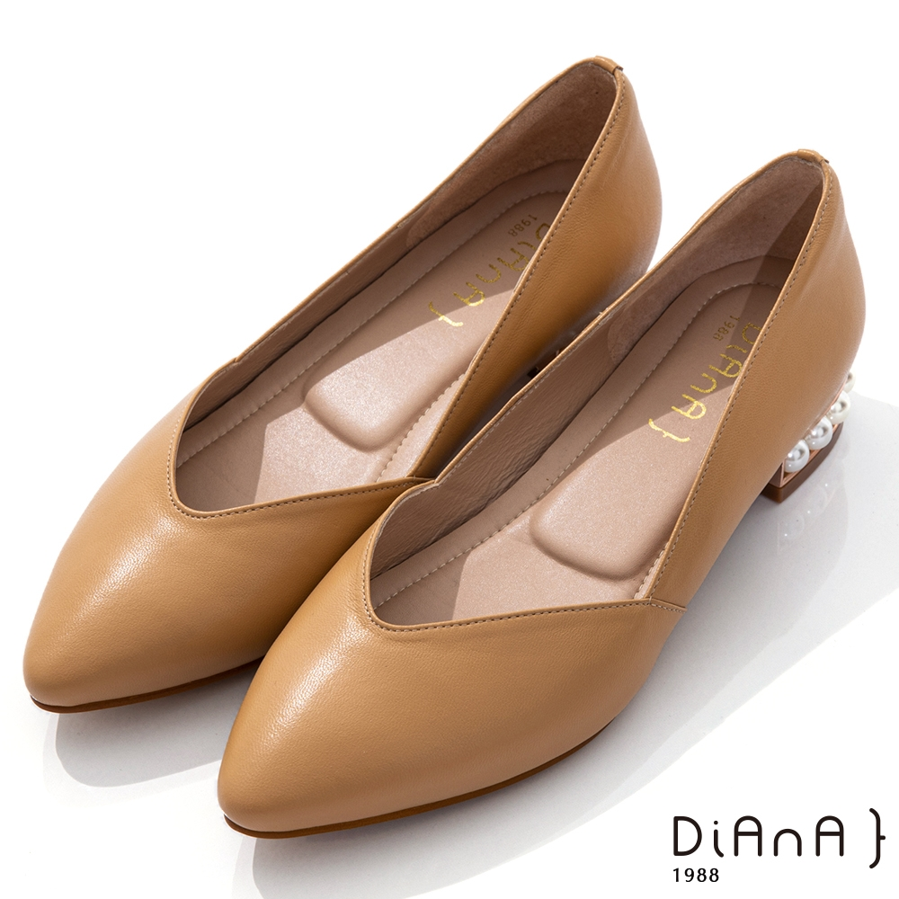 DIANA 3cm羊皮線條珍珠電鍍飾釦尖頭低跟鞋-優雅女伶-淺棕