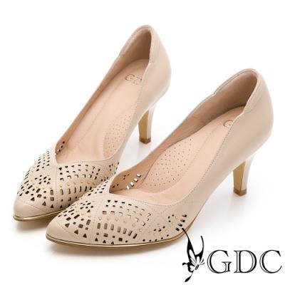 GDC-質感細緻雕花簍空真皮尖頭V型剪裁高跟鞋-可可色
