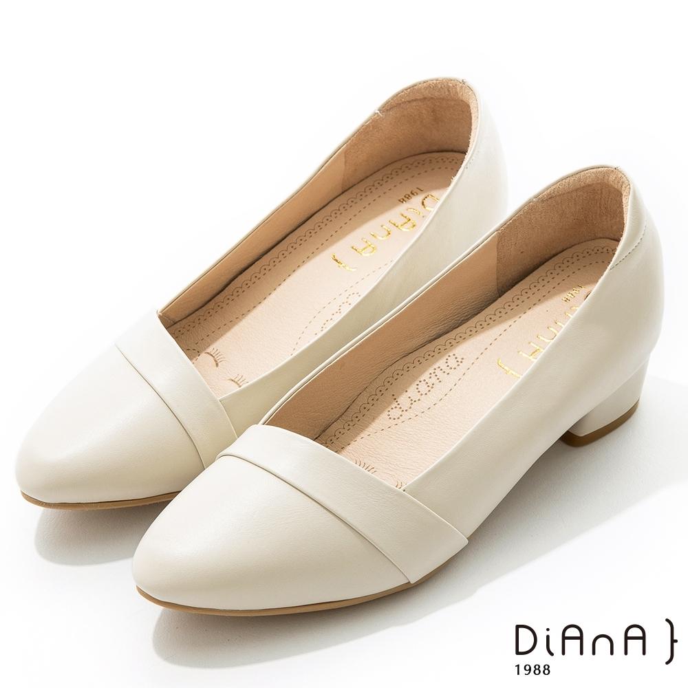 DIANA 4 cm 軟臘牛皮質感線條側鞋口尖頭低跟鞋-質感氛圍–牛奶白
