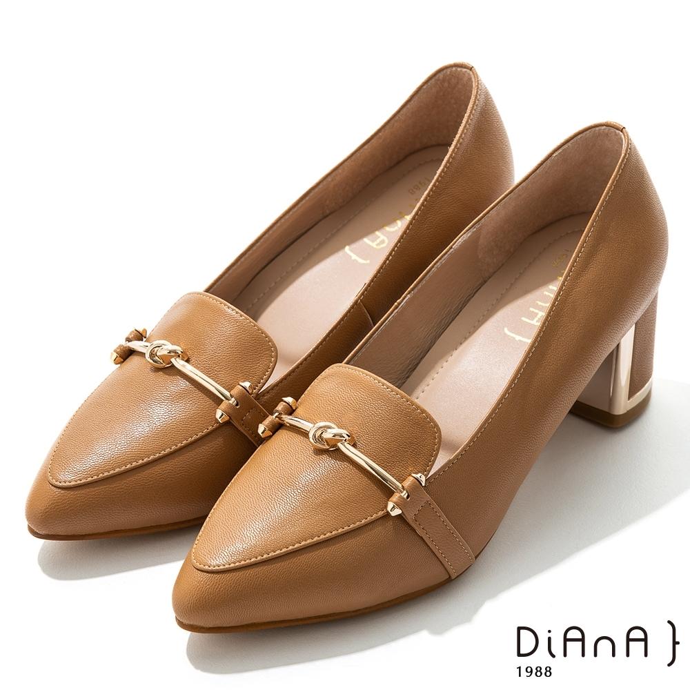 DIANA 5.5 cm 羊皮馬銜釦飾金屬鑽鉗跟尖頭跟鞋 –質感氛圍–棕