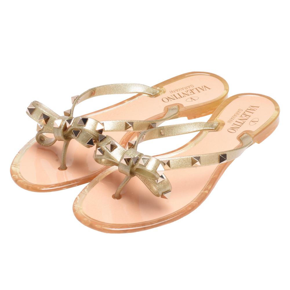 VALENTINO 經典鉚釘裝飾蝴蝶結造型橡膠平底涼鞋(金色)