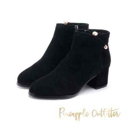 Pineapple Outfitter-BRONCO低調奢華珍珠裝飾粗跟短靴-絨黑色