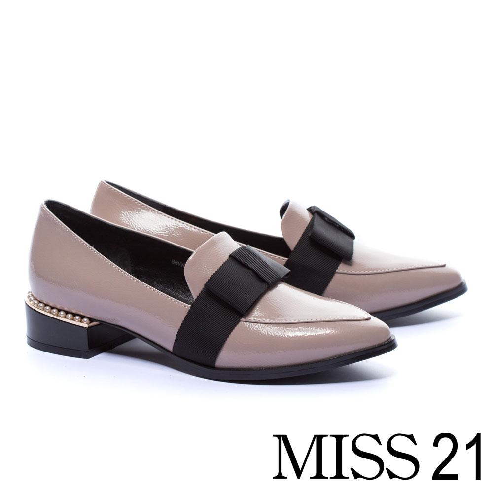 低跟鞋 MISS 21 英倫尖頭珍珠點綴造型樂福低跟鞋-灰