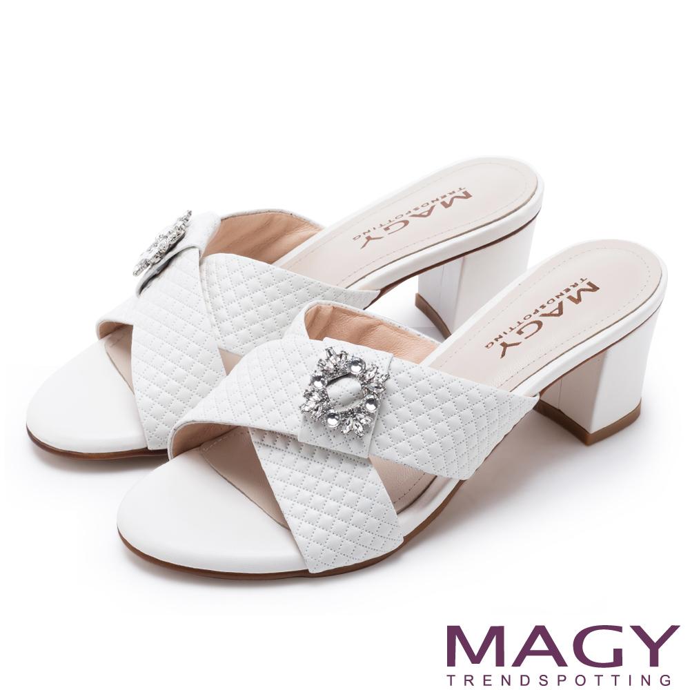 MAGY 耀眼時尚 寬版交叉壓紋牛皮粗跟涼拖鞋-白色