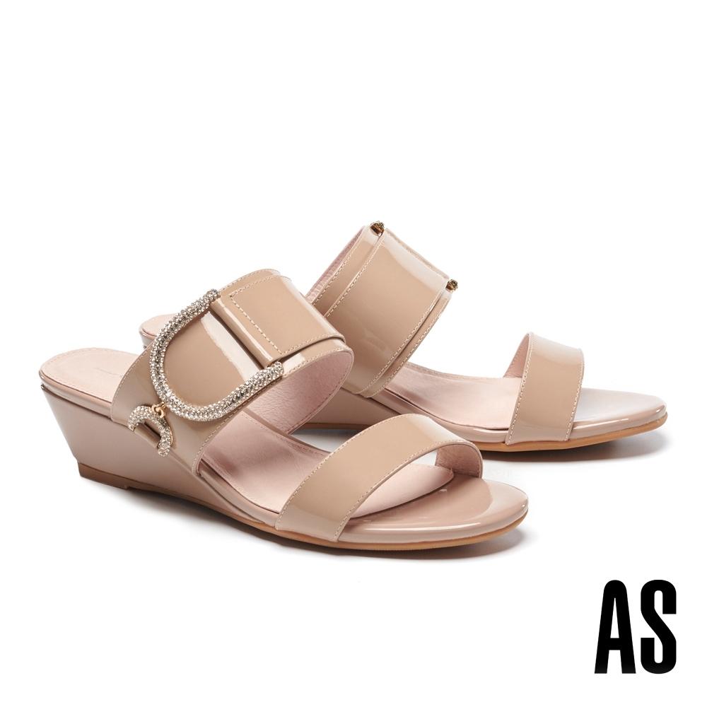 拖鞋 AS 時尚閃耀立體鑽釦漆皮楔型低跟拖鞋-米
