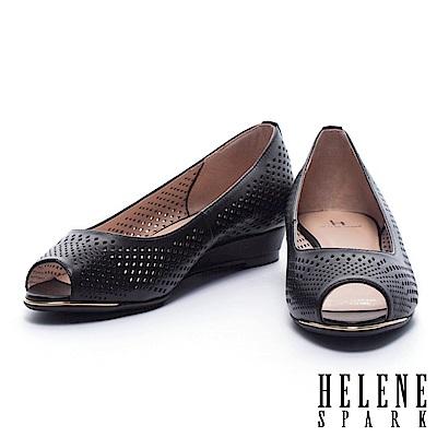 低跟鞋 HELENE SPARK 典雅菱格沖孔羊皮魚口楔型低跟鞋-黑