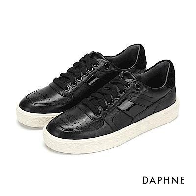 達芙妮DAPHNE 休閒鞋-拼接綁帶圓孔字母印花平底休閒鞋-黑