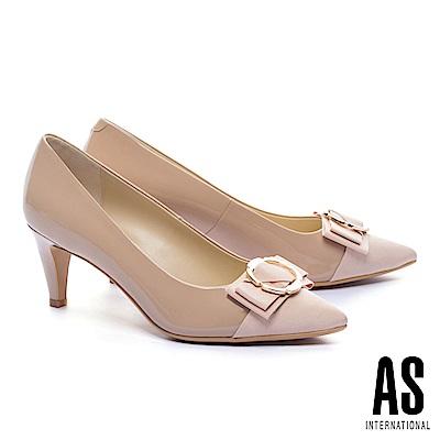 高跟鞋 AS 異材質拼接金屬釦蝴蝶結牛軟漆皮尖頭高跟鞋-米