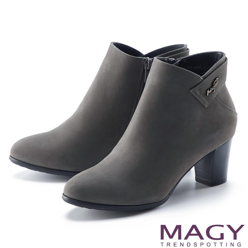 MAGY 金屬LOGO真皮粗高跟 女 短靴 灰色