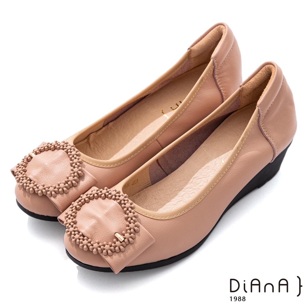 DIANA 4.5cm質感牛皮點點花圈飾釦圓頭坡跟娃娃鞋-俏皮甜美-卡其