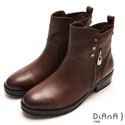 DIANA鉚釘金屬飾釦拉鍊圓頭低跟短靴-懷舊復古-棕