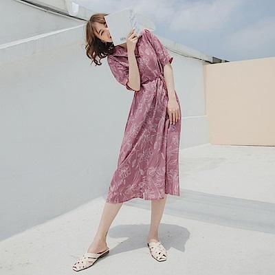 不易皺滿版線條印花腰綁帶傘襬短袖長洋裝-OB大尺碼