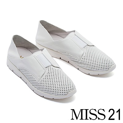 休閒鞋 MISS 21 簡約個性純色沖孔拼接設計全真皮輕量休閒鞋-白