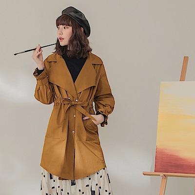 純色金屬排釦收腰綁帶修身風衣外套-OB大尺碼