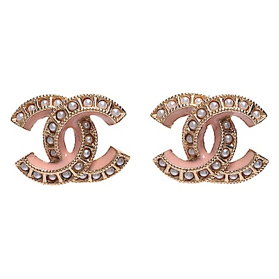 CHANEL 經典珍珠鑲嵌雙C LOGO粉色飾邊造型夾式耳環(粉X金)
