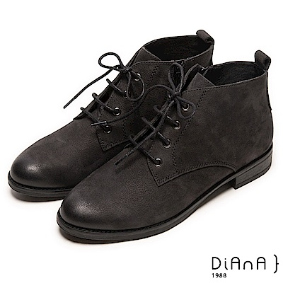 DIANA 工藝精湛—率性風靡擦色綁帶工程短靴-黑