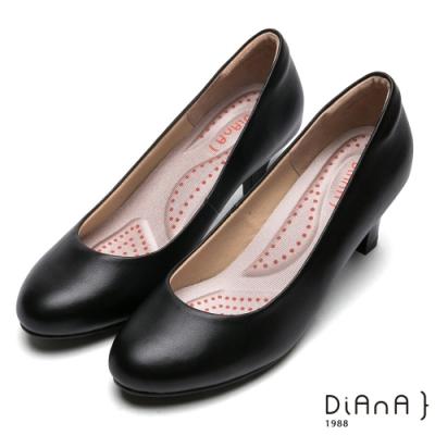 DIANA舒適素面圓頭6公分粗跟制鞋-漫步雲端厚切輕盈美人款-黑
