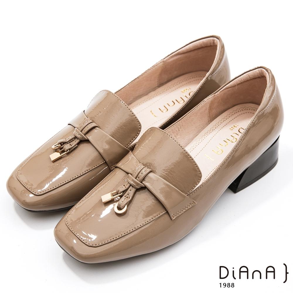 DIANA 3.5公分繽紛糖果牛皮漆皮金屬釦飾方頭便士樂福跟鞋-漫步雲端焦糖美人款-可可棕
