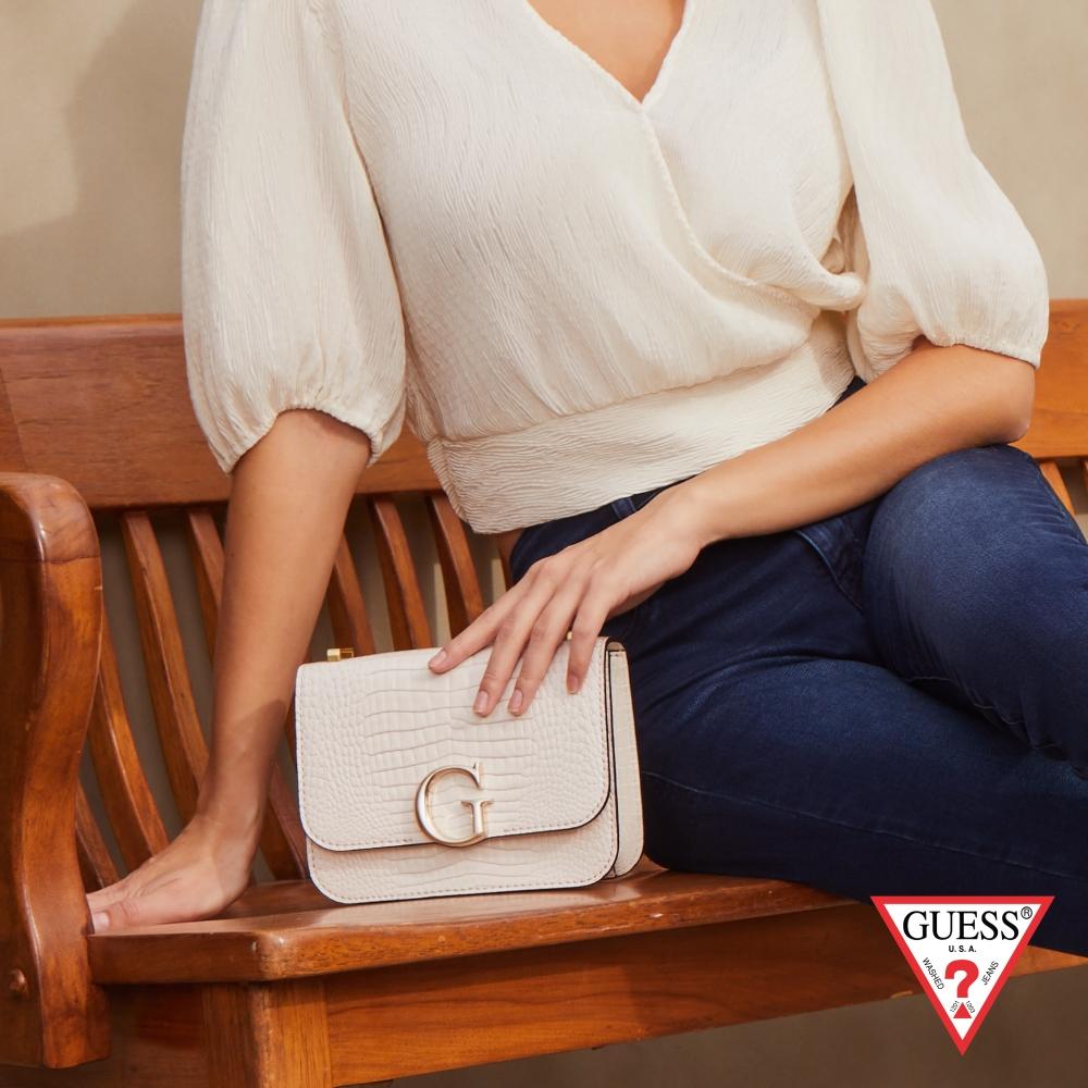 GUESS-女包-時尚鱷魚紋金屬LOGO肩背方包-白 原價2490