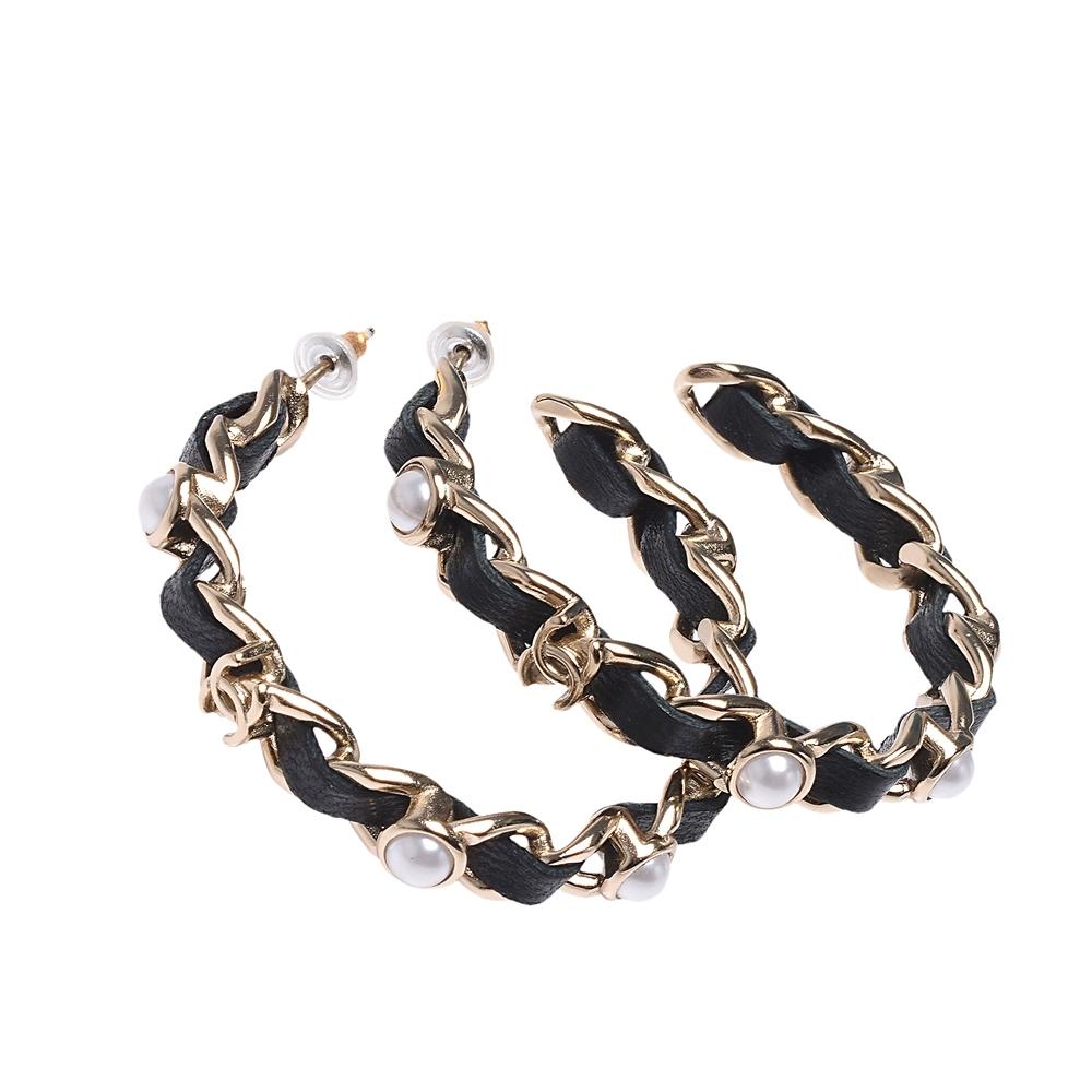 CHANEL 經典雙C LOGO皮革穿繞簍空鎖鍊珍珠鑲嵌穿式耳環(金X黑)