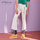 OUWEY歐薇 標語刺繡鬚邊喇叭褲(白)